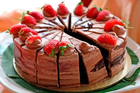 Μάθετε πώς να φτιάξετε ένα λαχταριστό και ακαταμάχητο κέικ φράουλα με γλάσο σοκολάτας! Σο-κόλαση σκέτη!
