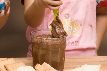 http://www.glykesistories.gr/images/a_2013/Sweet/Recipes/Gastr_1-29/krema-sokolata-gia-to-psomi(tupou-merenta).jpg